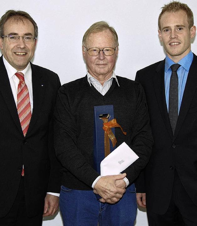 Glücklicher Gewinner (von links): Volk...ingen und Kundenberater Philipp Klaus     Foto: Volksbank