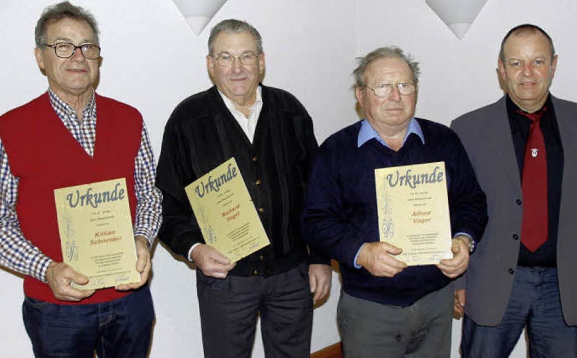 Ehrungen beim MGV Kiechlinsbergen: Von...d Vogel und Vorsitzender Rainer Vogel   | Foto: Roland Vitt