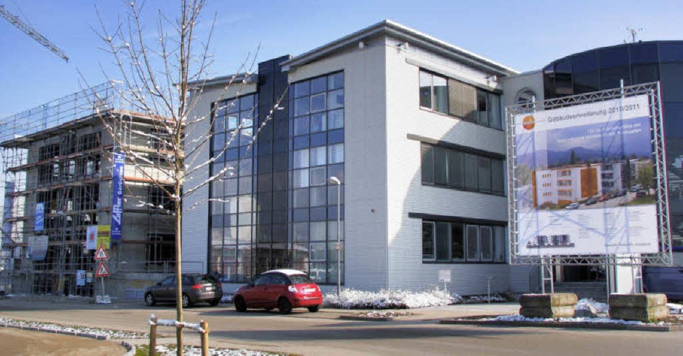Das Gebäude von Testo Industrial Servi...samt Bautafel vor dem Eingangsbereich.  | Foto: Monika Rombach
