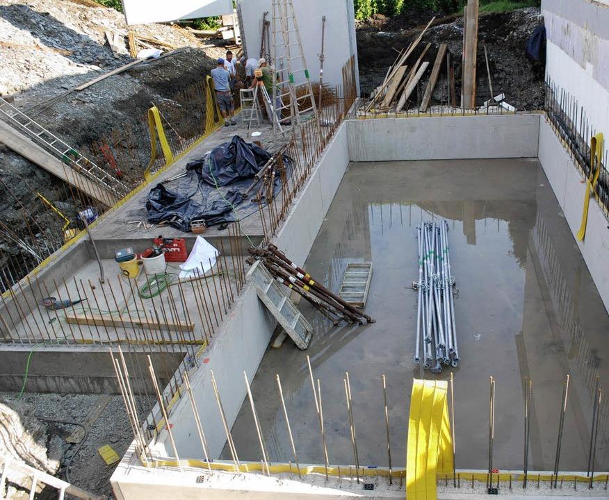 Großbaustelle beim Hallenbad: Hier entsteht die Heizzentrale.  | Foto: Gemeinde
