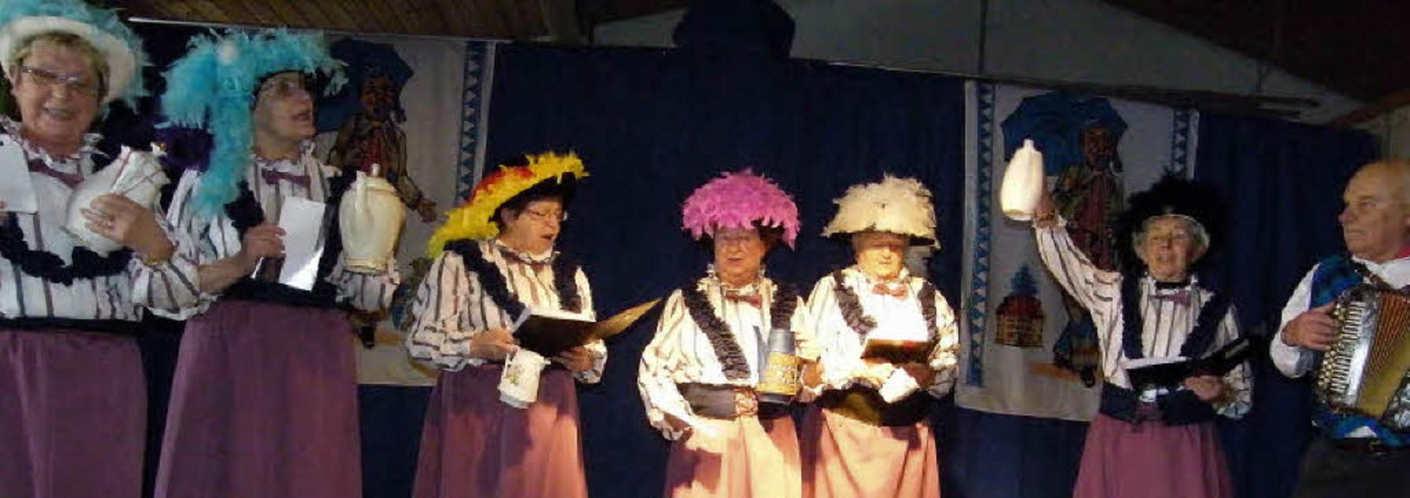 Irmtraud Brogle, Mechthild Morath, Mar...tschrunde mit Original Herbert Fitzke.  | Foto: Martha Weishaar