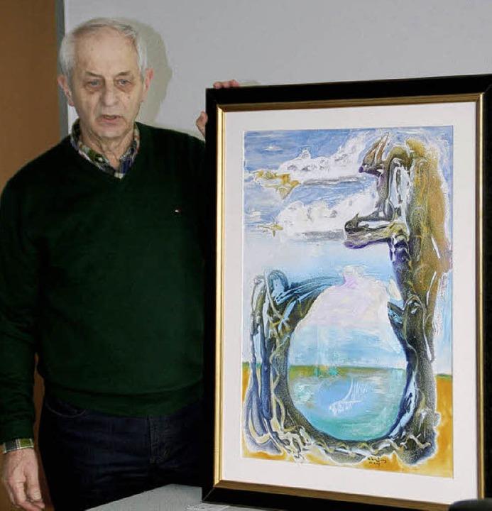 Nikolaus Jung mit einem seiner Bilder, die im Ortenauklinikum zu sehen sind.   | Foto: ErikaSieberts