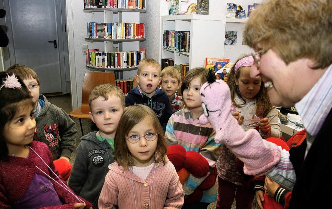 Bücherwurm Willi und Carmen Karcher machen die Kinder neugierig auf Bücher.   | Foto: theo weber