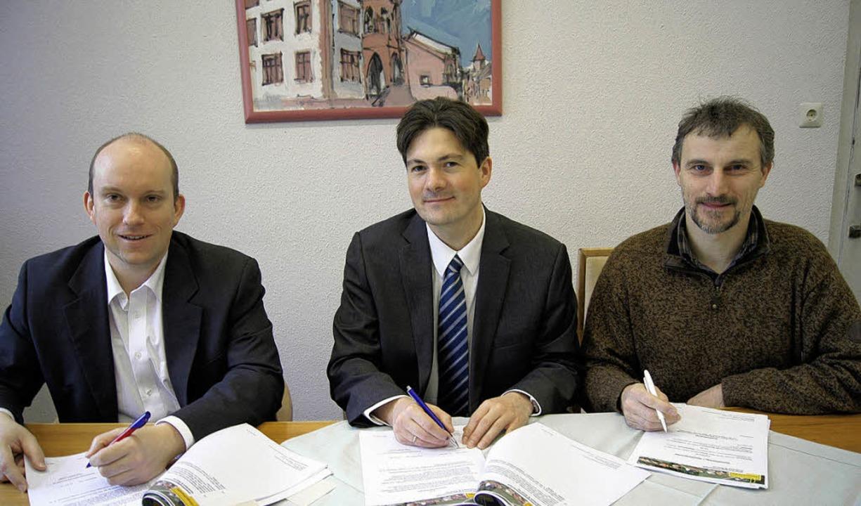 Zum Abschluss gebracht: Die Photovolta...e (von links) beim Vertragsabschluss.     Foto: Roland Gutjahr