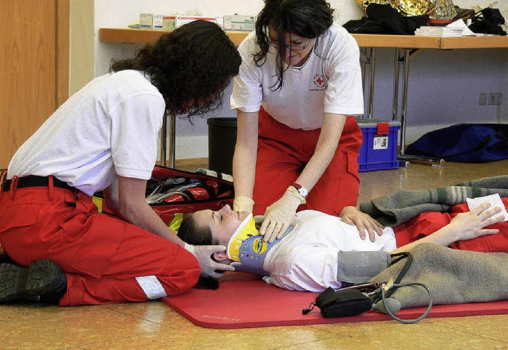 Auch das Anlegen einer Halskrause gehö... Erste-Hilfe-Maßnahmen der Sanitäter.   | Foto: Kurt Meier