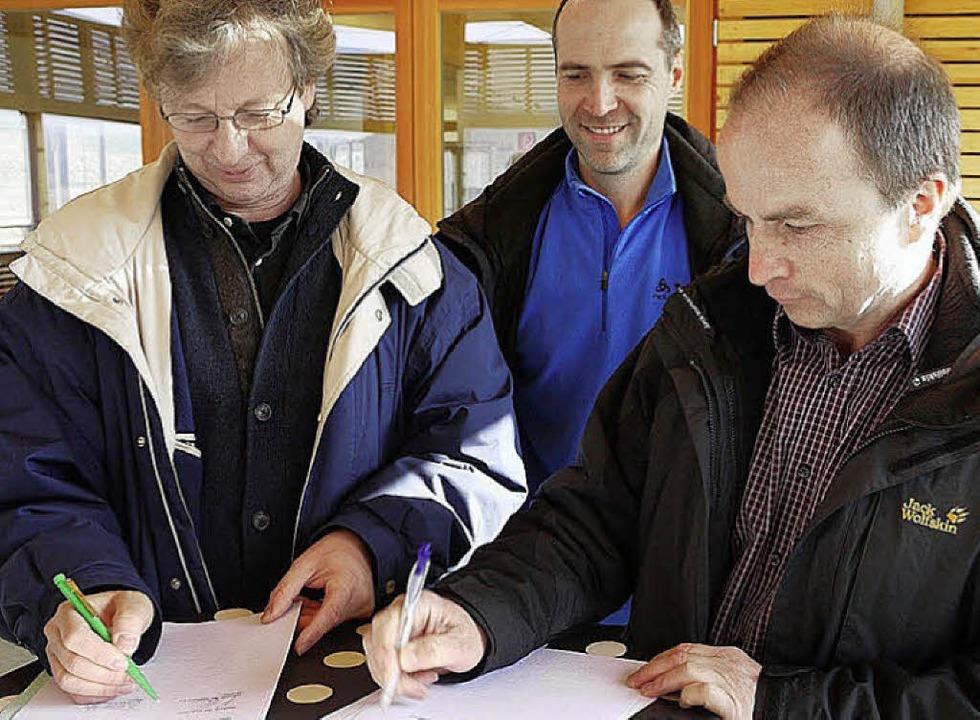 Johannes Ries, TV Kollnau-Gutach (rech...Waldkirch unterschreiben den Vertrag.     Foto: Eberhard Weiss