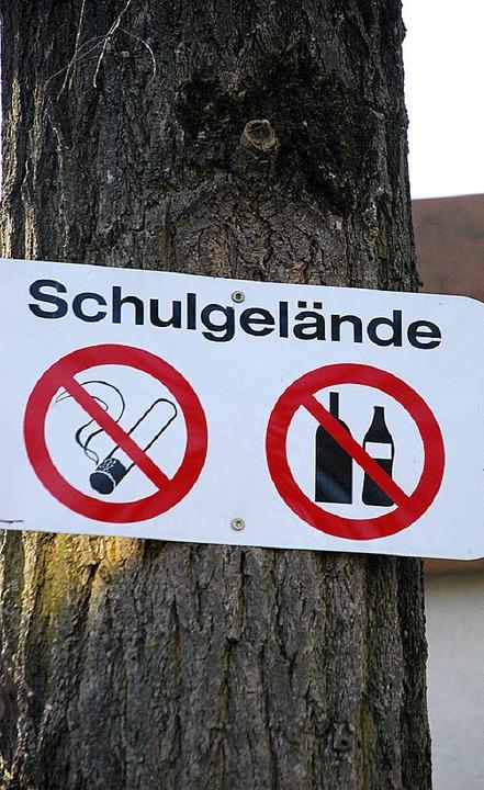 Schilder allein schützen den Schulhof ...le nicht vor unerwünschten Besuchern.     Foto: Staub