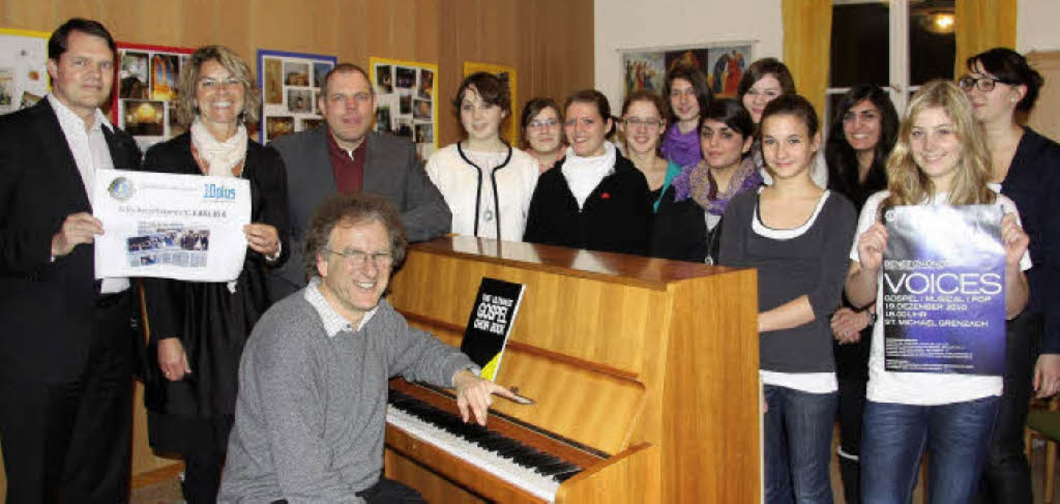 Spendenübergabe an das ökumenische Jug...t Chorleiter Florian Metz am Klavier.   | Foto: Martina Weber-Kroker