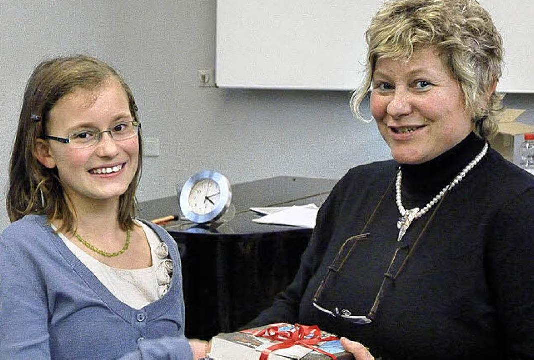 Siegerin Celina Motz (links) mit der O...ellen Lesewettbewerbs, Andrea Koubik.     Foto: Hilde Butz