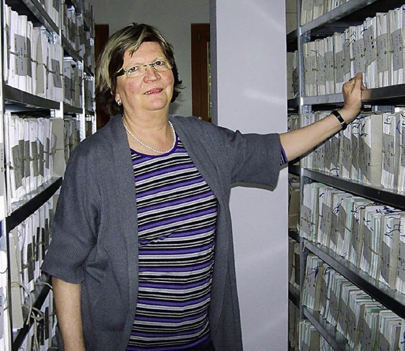 """Rechtspflegerin Carola Rapp im Reich """"ihrer"""" Akten.     Foto: S. Timm"""