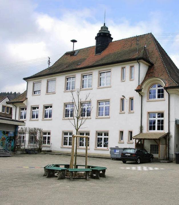 Das 1910 erbaute Schulhaus in Prechtal.     Foto: Bernd Fackler