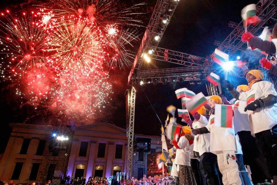 Feuerwerk zum Auftakt (Foto: dpa)