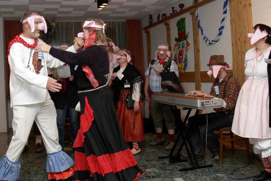 Im Stall der Schweine:  Kirchenchor legt Tango aufs Parkett (Foto: Chris Seifried)