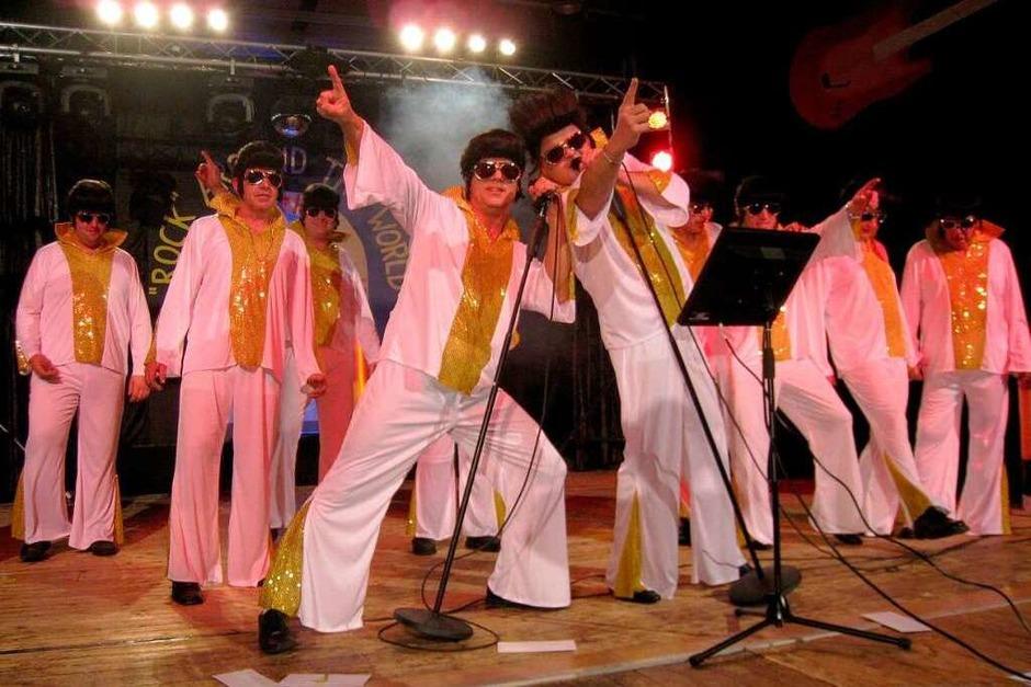 Elvis-Imitation mit Vorstand Robi Schmidt (im Vordergrund rechts) und Joachim Schulz (Foto: Otmar Faller)