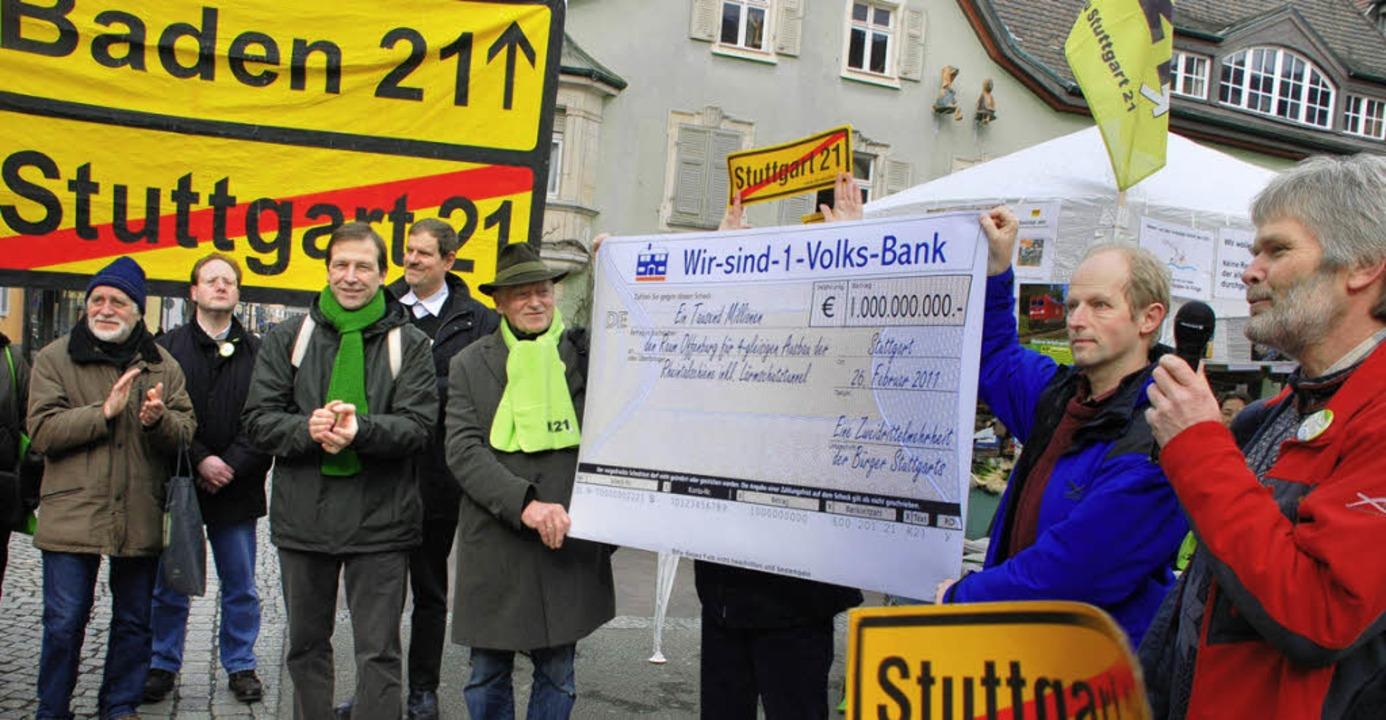 """""""Sie brauchen für Lärmschutz und...inen symbolischen Scheck für Baden 21.    Foto: Gertrude Siefke"""