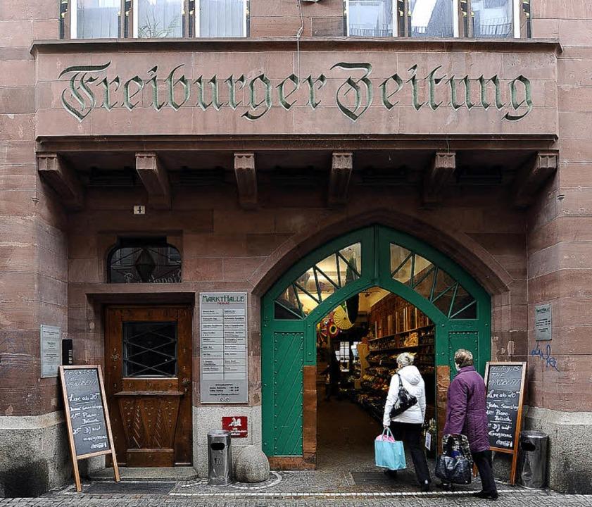 Am Markthallen-Eingang von der Grünwäl...mer noch an die Zeitungsvergangenheit.  | Foto: Ingo Schneider