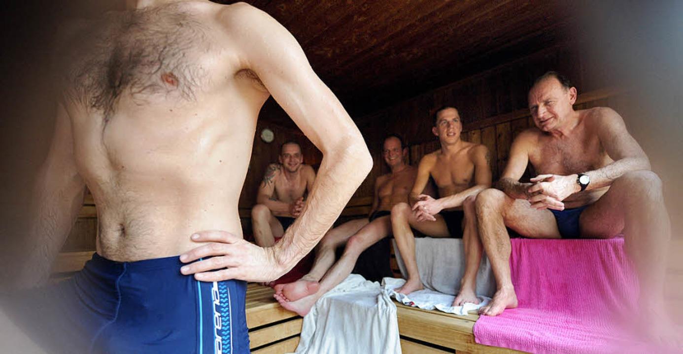 In Badehose testeten diese  Männer am ...sauna  in Bremens Stadtteil Huchting.   | Foto: dpa