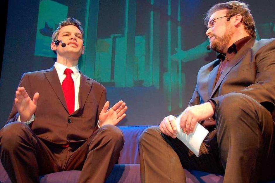 Daniel Schreiner (links), Sohn der Oberbürgermeisterin, saß als Rüdiger Grube zur Talkshow auf Simon Mosers blauem Sofa. (Foto: rab)