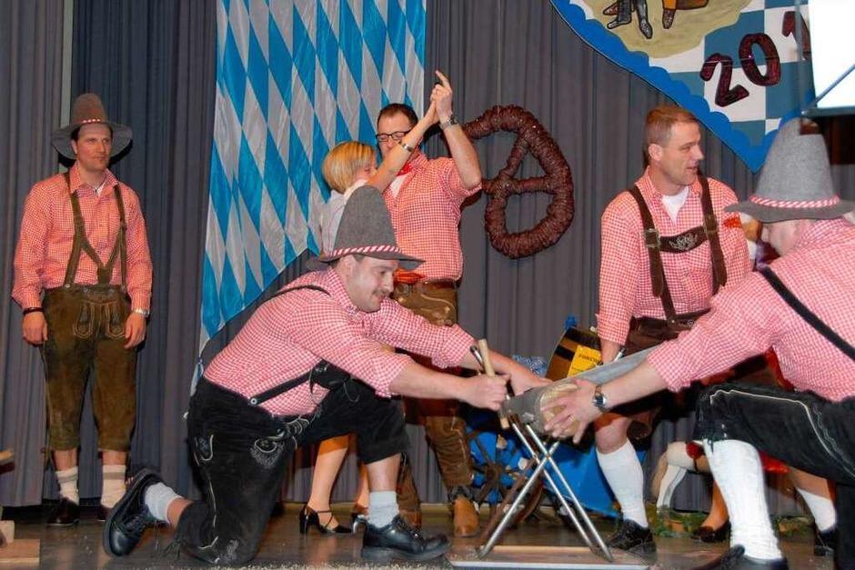 Die bayrischen Holzhackerbuben in Aktion. Ein Paar tanzt. (Foto: Roland Vitt)