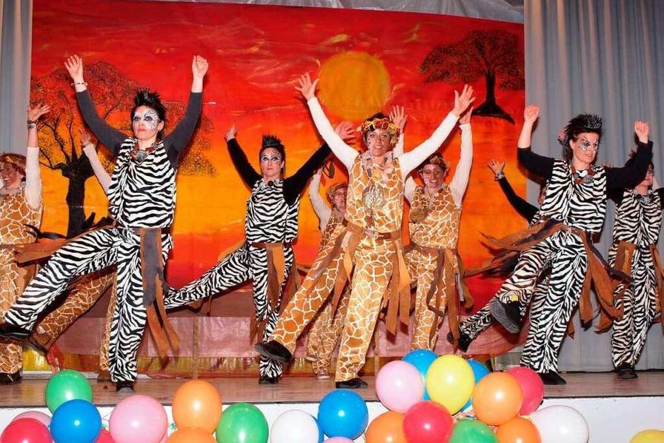 Die Musikerfrauen brachten vor dem Bühnenbild von Patricia Haag Afrika auf die Bühne (Foto: Michael Haberer)