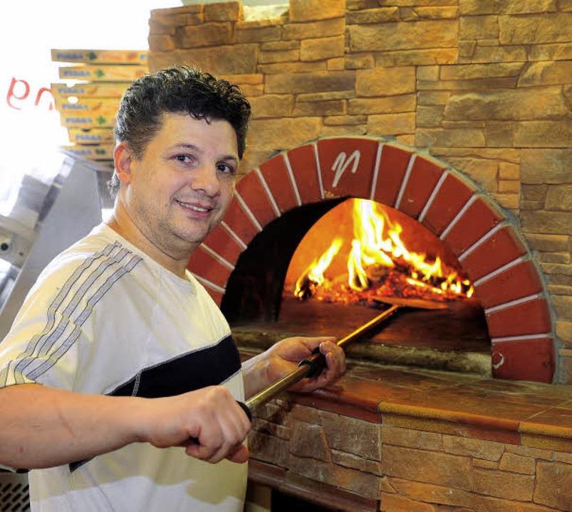 Fatmir Brahimi mit seinem Pizzaofen   | Foto: Thomas Kunz