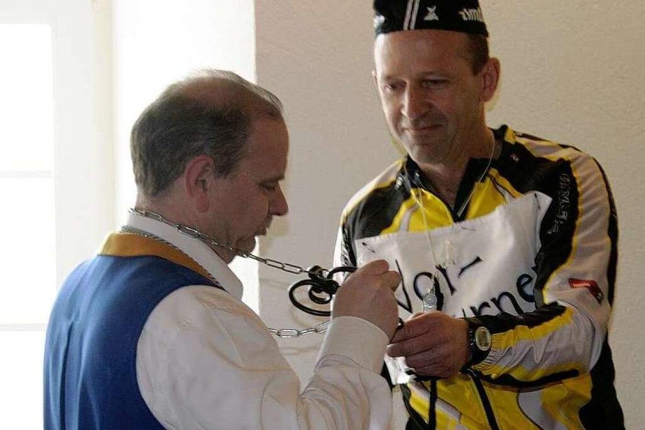 Schultes Christian Behringer übergibt den Rathausschlüssel an Zunftmeister Harald Morath (Foto: Chris Seifried)