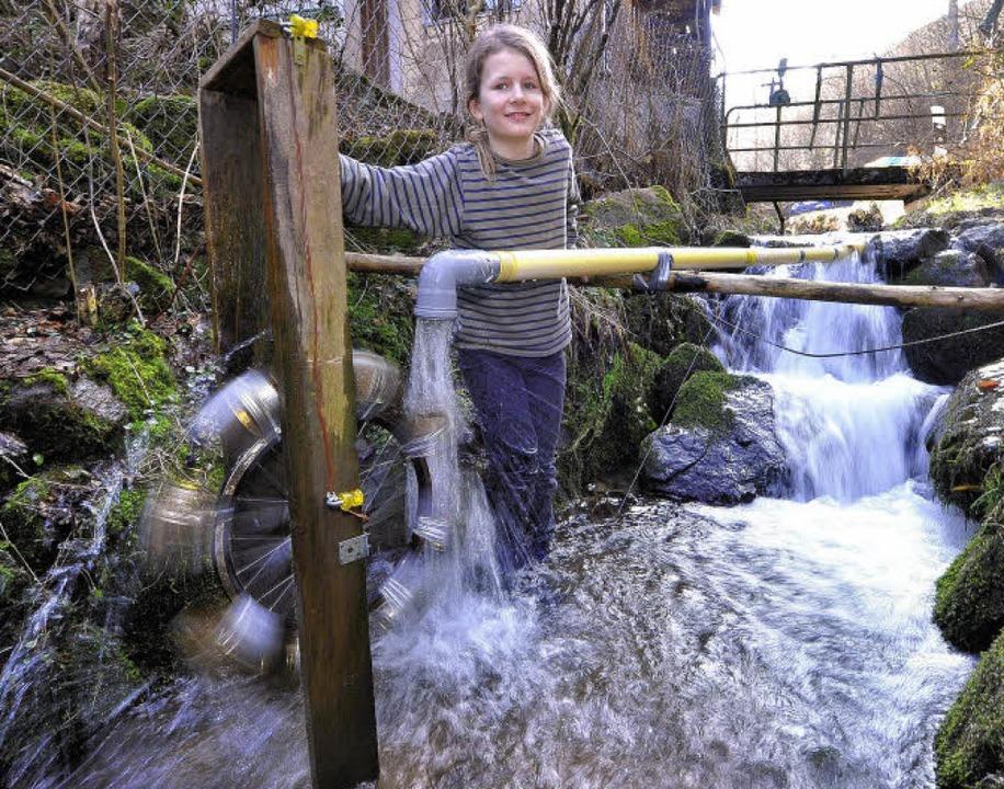Niklas Burchard aus Kappel mit seiner Wasserkraftanlage.  | Foto: Michael Bamberger
