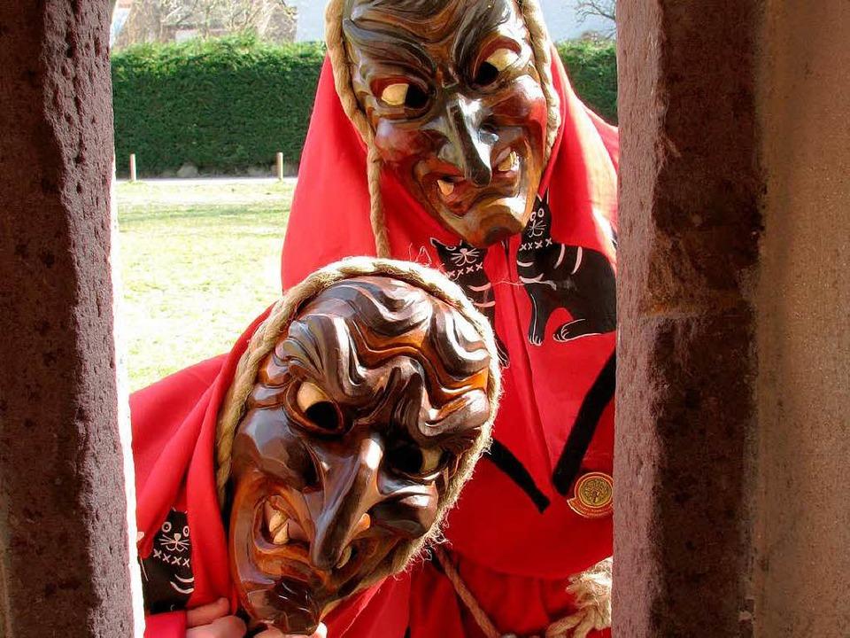 Zwei Hexen auf Beobachterposten an der Schlossmauer  | Foto: Monika Rombach