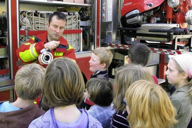 Lebendige Schulstunde bei der Eschbacher Feuerwehr