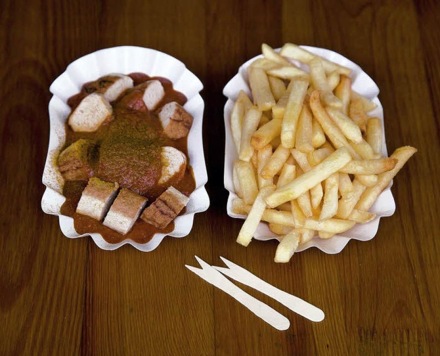Manche mögen's besonders heiß: Currywurst mit Pommes Frites    Foto: Michael Wissing