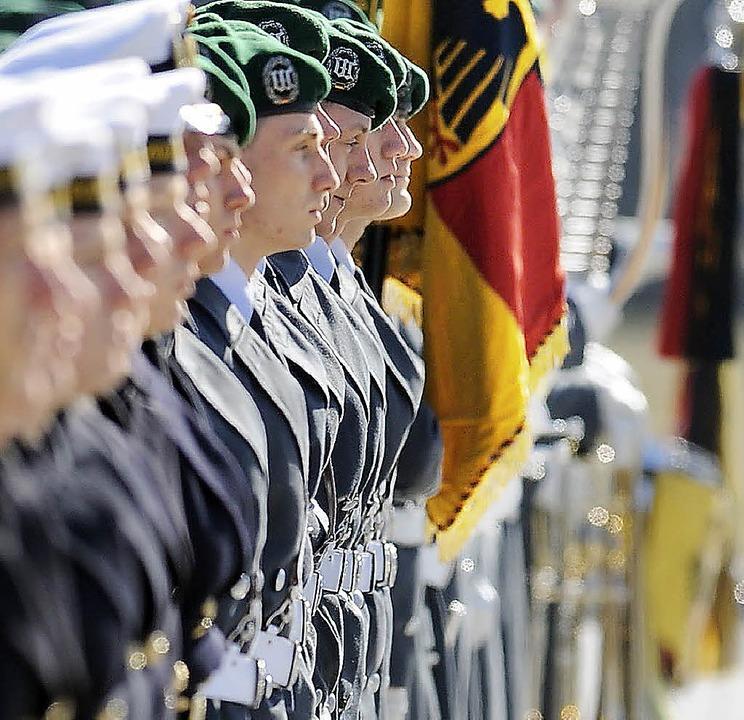 Viel zu tun in letzter Zeit: die Ehrenformation der Bundeswehr   | Foto: dapd/dpa