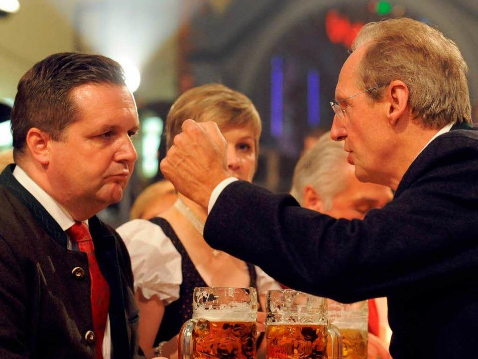 Stefan Mappus und Wolfgang Schuster.  | Foto: dpa