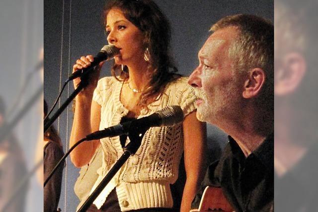 Lagerfeuerromantik mit einer neuen Sängerin
