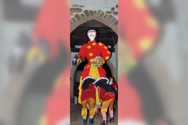 Frau Fasnacht hängt am oberen Tor