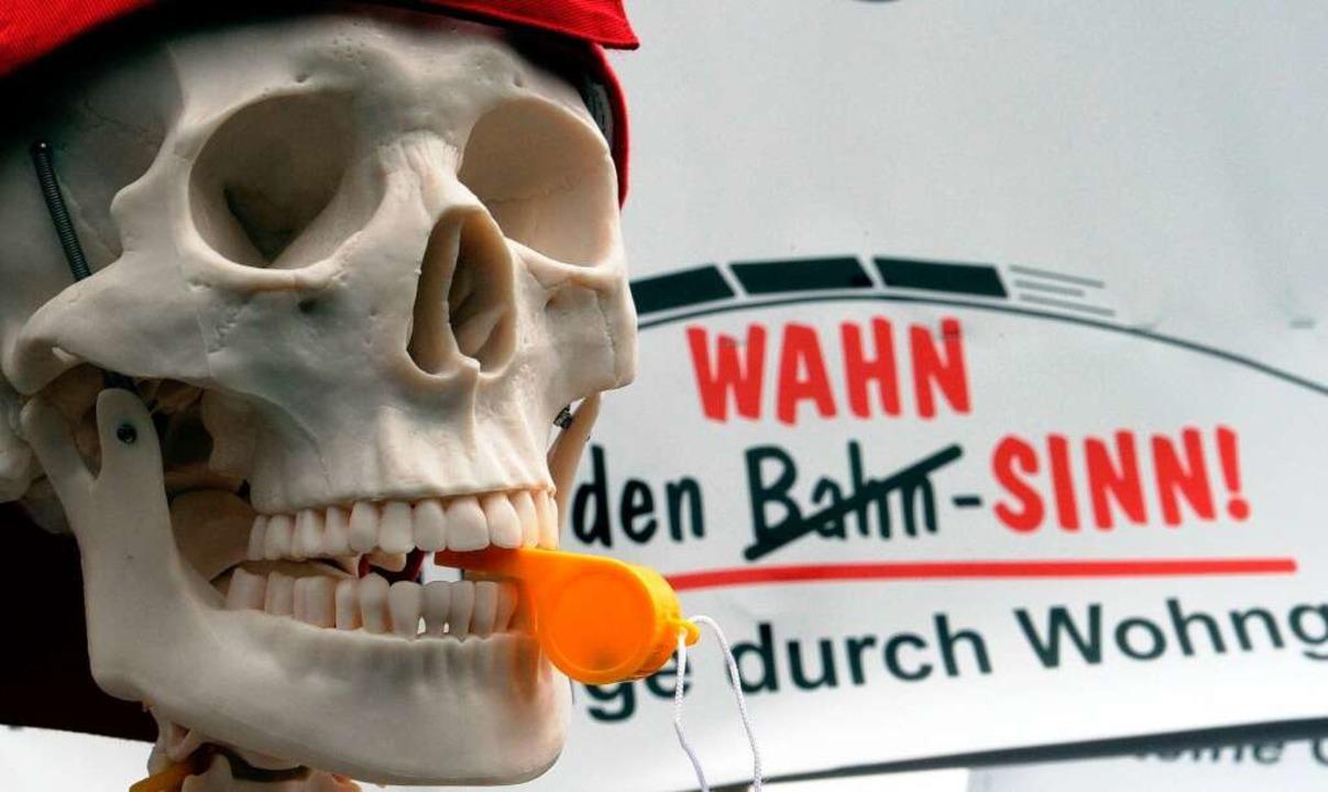 Protest gegen den geplanten Ausbau der Rheintalbahn.  | Foto: dpa