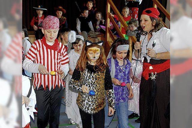 Tanz und Spiele beim Fest auf der Pirateninsel
