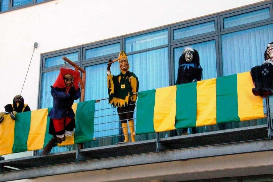 Einträchtig feiert die fünf Denzlinger Gruppen Fasnet auf dem Rathausbalkon (Foto: Corneilus Welsch)