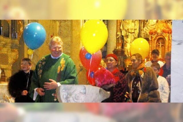 Luftballons stiegen in der Kirche empor