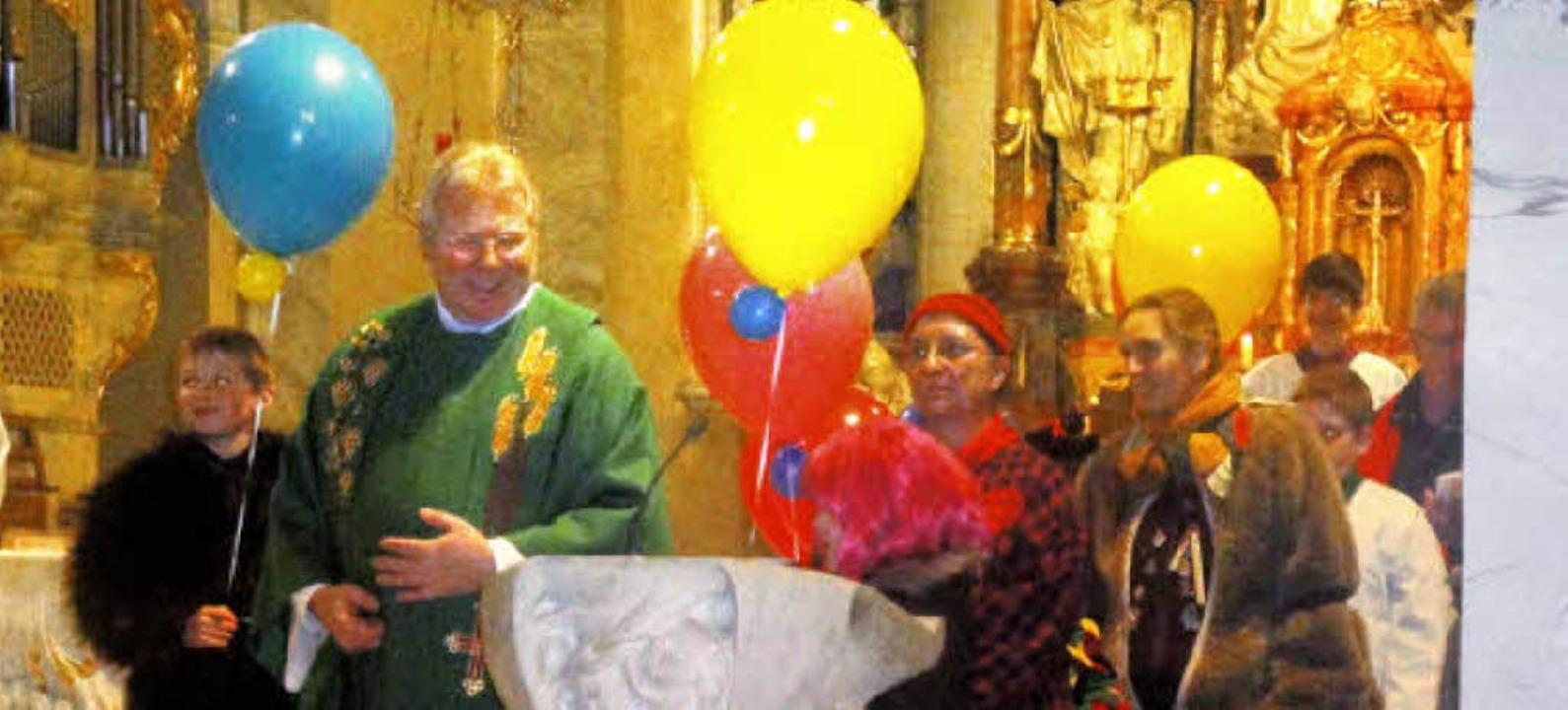 Große bunte Luftballons spielten eine ...tesdienst in der Sankt-Martins-Kirche.    Foto: hansjörg bader