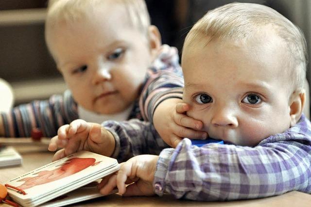 Kleinkinder helfen einander