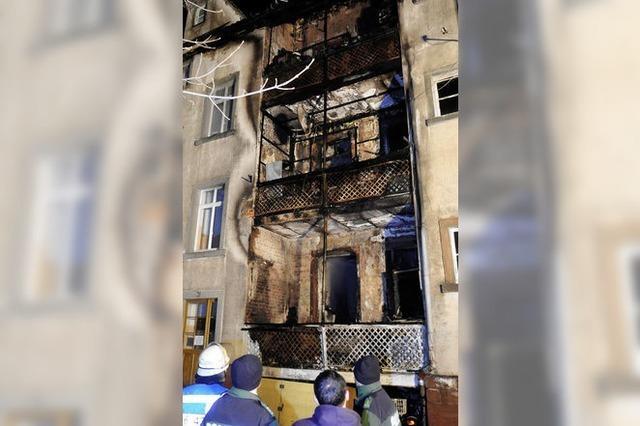 Ein Mann, zwei ausgebrannte Gebäude