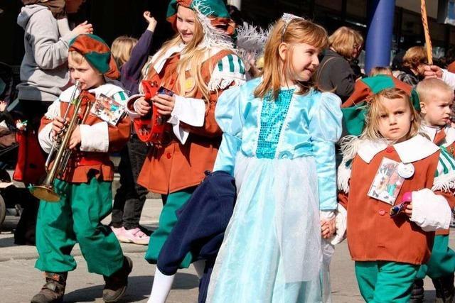 Kinder ziehen durch Rheinfelden