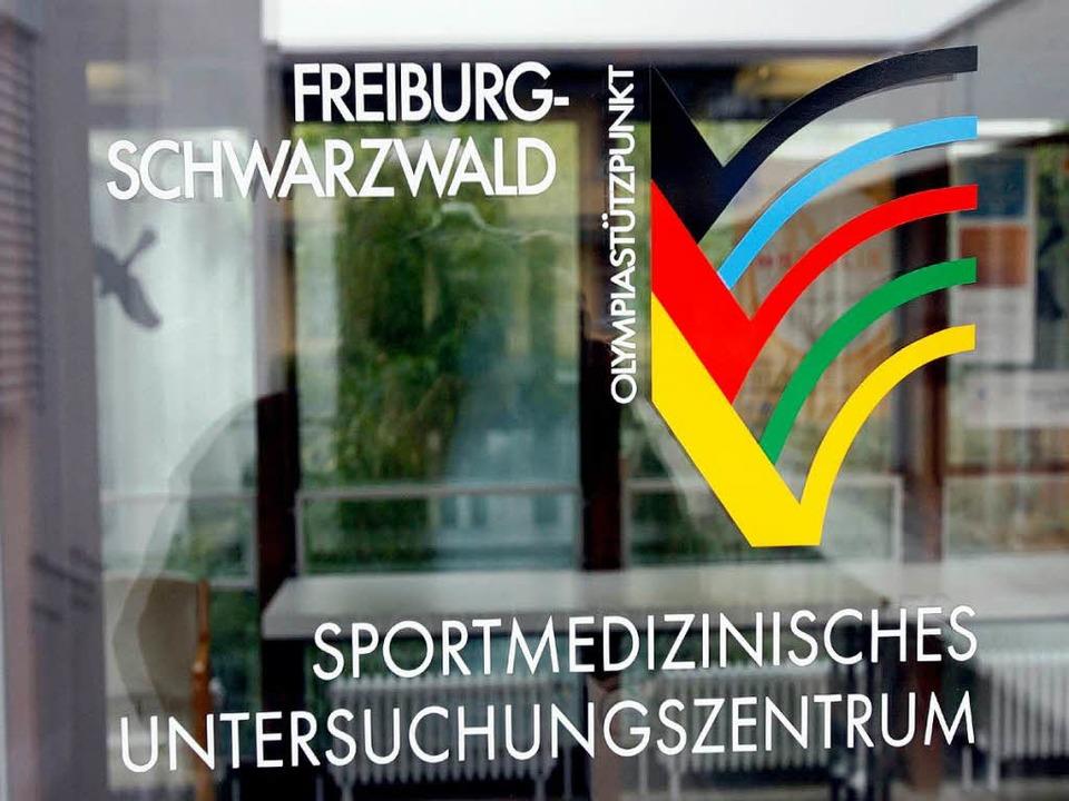 Der Eingang zur Sportmedizin in Freiburg.   | Foto: dpa