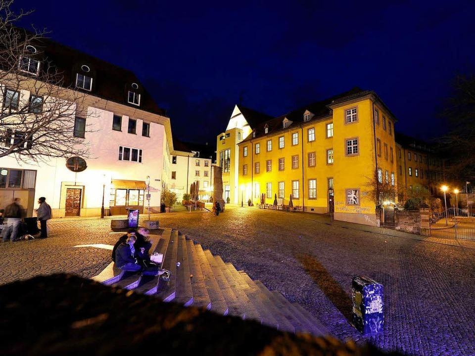 Friedlich ruht der Augustinerplatz der...hen – oft weit bis in die Nacht.  | Foto: Ingo Schneider