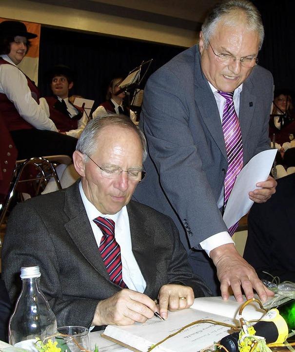 Bundesfinanzminister Wolfgang Schäuble...Goldene Buch der Stadt Löffingen ein.     Foto: Karla Scherer