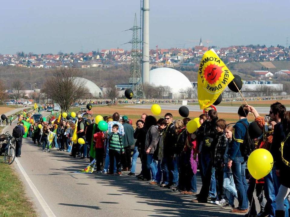 Atomkraftgegner aus ganz Baden-Württem...m Kraftwerk in Neckarwestheim (hinten)  | Foto: DPA