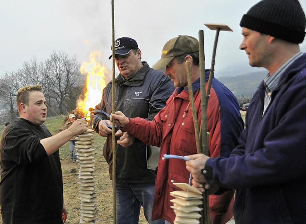 Waldemar Redle (Zweiter von links) übe...orfzottel-Zunftmeister Christian Ebner  | Foto: Volker Münch