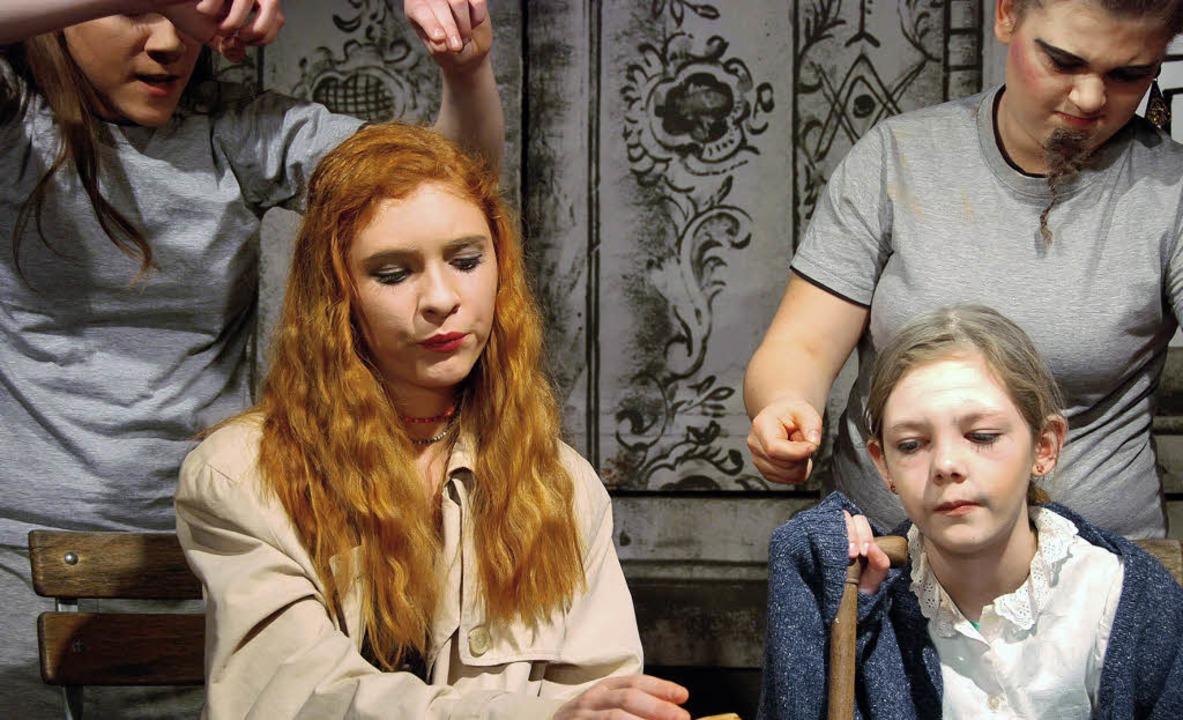 Wie Marionettenspieler: Auch vor Momo ... machen die Grauen Herren nicht halt.   | Foto: Jan Wittenbrink