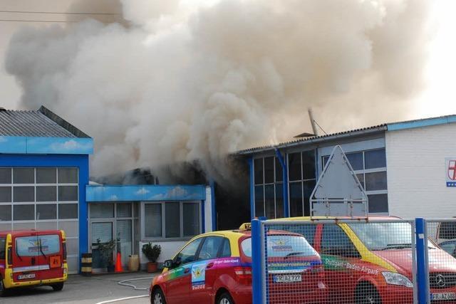 Reisebus brennt in Werkstatt aus – vier Verletzte