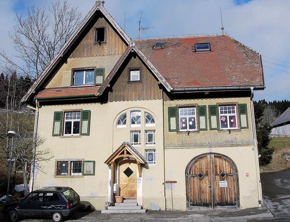 Das frühere Rathaus Raitenbuch soll sc...auch mit einem Sperrvermerk versehen.   | Foto: Ralf Morys